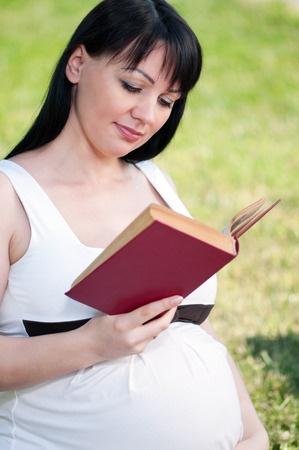 Schwangere Mutter liest ein Buch